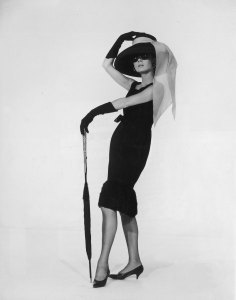 """1961: Belgian-born actress Audrey Hepburn (1929 - 1993) in a black cocktail dress designed by French couturier Hubert de Givenchy in a promotional portrait for director Blake Edwards's film, 'Breakfast at Tiffany's'. (Photo by Hulton Archive/Getty Images) Alle Kleider aus dem Film """"Frühstück bei Tiffany"""" hat der Modeschöpfer Hubert de Givenchy entworfen. Berühmt wurde vor allem dieses kleine schwarze Cocktailkleid, das Audrey Hepburn alias Holly Golightly in so vielen Szenen trägt. Vor zwei Jahren wurde es für 607.000 Euro bei Christie's versteigert. Seit """"Frühstück bei Tiffany"""" ist das kleine Schwarze salonfähig und steht für Stil und Eleganz."""